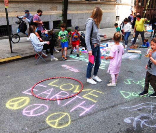 """NYの路上に子どもたちがチョークで描く、""""Our Earth Needs Help""""(私たちの地球は助けが必要です)_b0007805_07193331.jpg"""