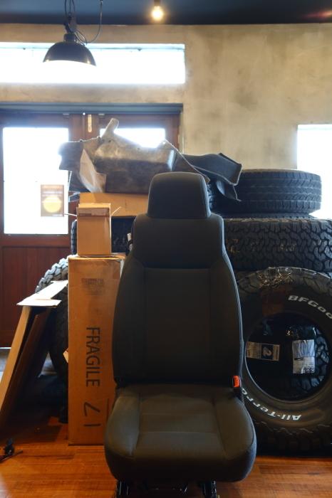 ブラックTJへシートの洗浄作業 デリカへ電装品取り付け_f0105425_18374345.jpg