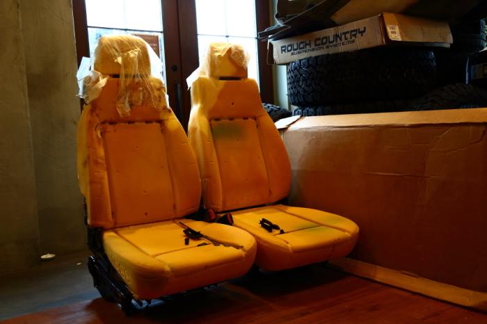 ブラックTJへシートの洗浄作業 デリカへ電装品取り付け_f0105425_18374709.jpg