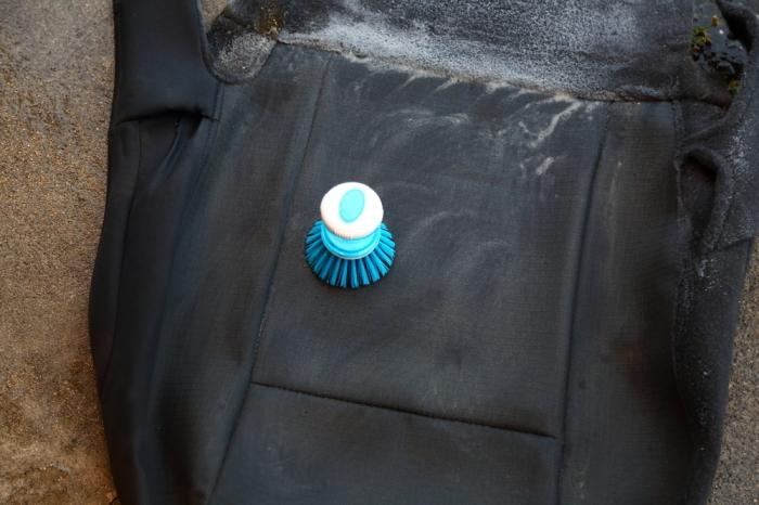ブラックTJへシートの洗浄作業 デリカへ電装品取り付け_f0105425_18424364.jpg