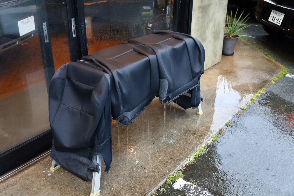 ブラックTJへシートの洗浄作業 デリカへ電装品取り付け_f0105425_18491820.jpg