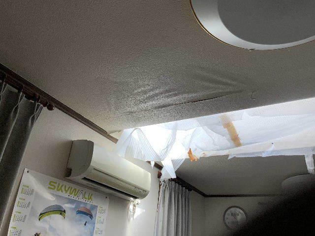 雨漏り天窓修理とクロス修理_f0031037_18445450.jpg