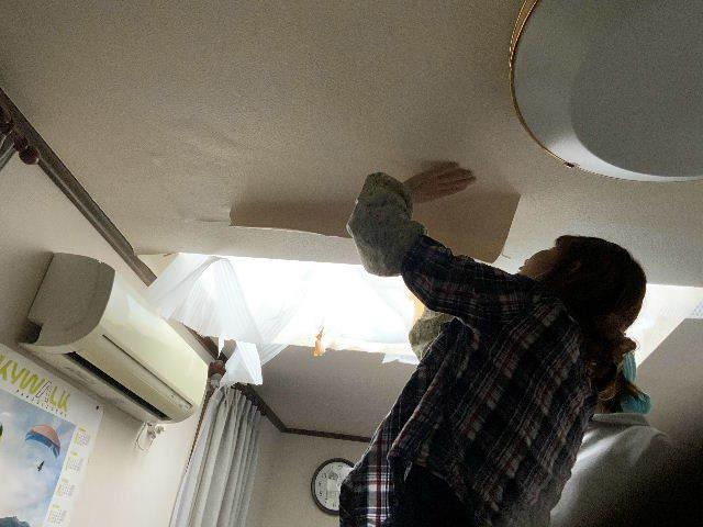 雨漏り天窓修理とクロス修理_f0031037_18451336.jpg
