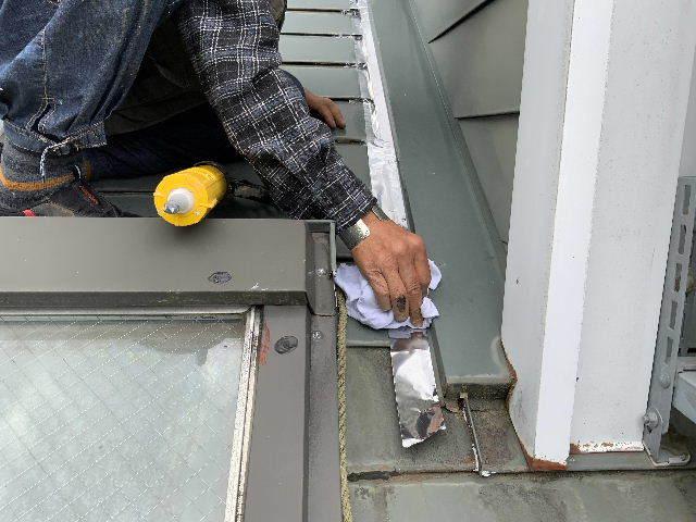 雨漏り天窓修理とクロス修理_f0031037_18472273.jpg