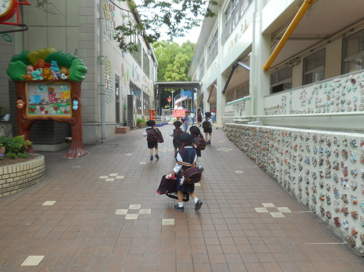 5月12日 朝の登園風景と子どもたち_a0212624_11380701.jpg