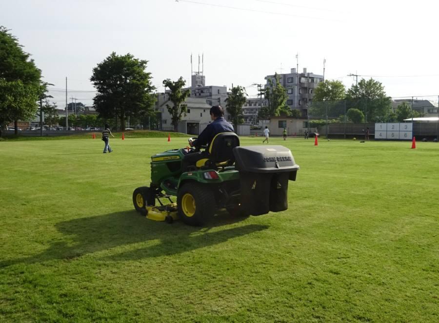 13小校庭芝刈り_f0059673_21425039.jpg