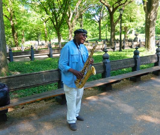 ほぼ毎日、セントラルパークで10年以上サックスを演奏するラルフ・ウィリアムズ(Ralph Williams)さん_b0007805_00491734.jpg
