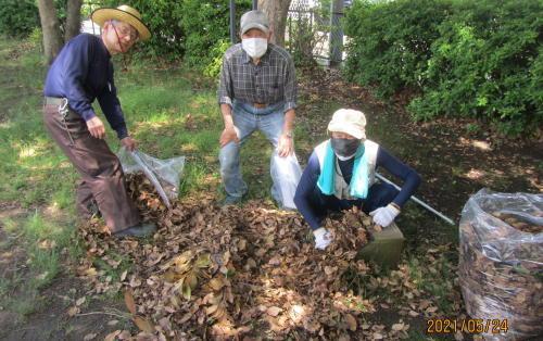 地元老人会によるボランティア公園清掃_c0220597_19422505.jpg