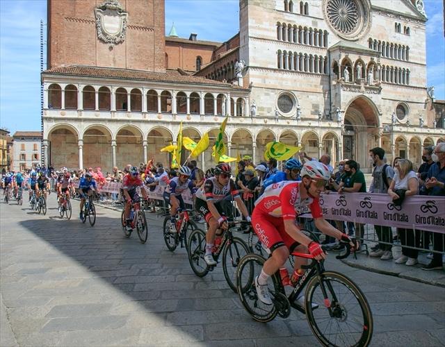 ジロ・デ・イタリア クレモナ大聖堂前を通過_d0047461_07012143.jpg