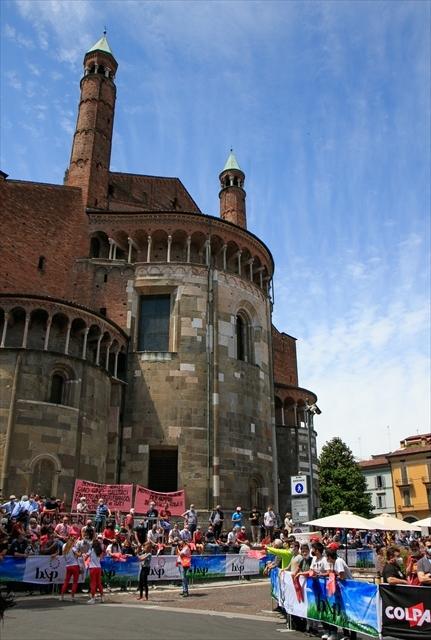 ジロ・デ・イタリア クレモナ大聖堂前を通過_d0047461_07012238.jpg