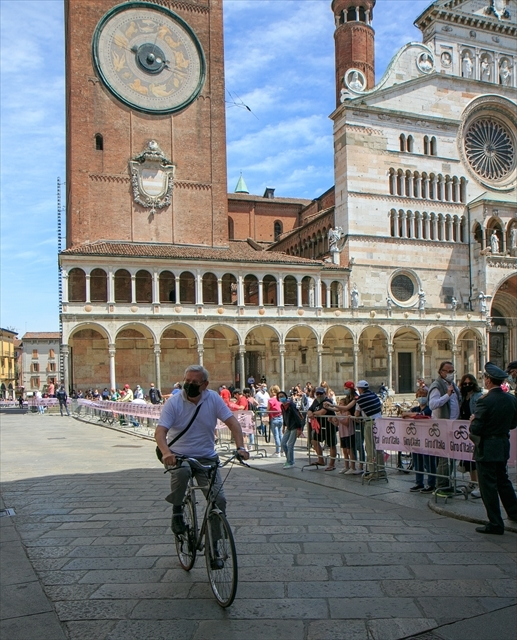 ジロ・デ・イタリア クレモナ大聖堂前を通過_d0047461_07012241.jpg