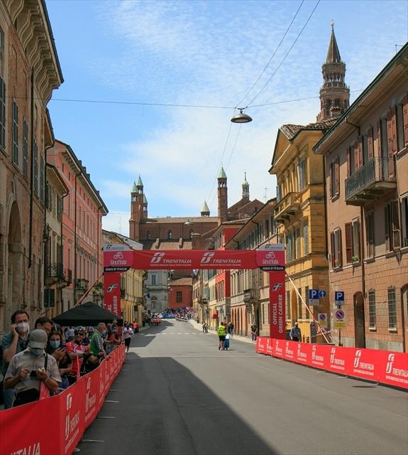 ジロ・デ・イタリア クレモナ大聖堂前を通過_d0047461_07012274.jpg
