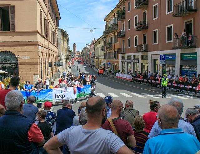 ジロ・デ・イタリア クレモナ大聖堂前を通過_d0047461_07012292.jpg
