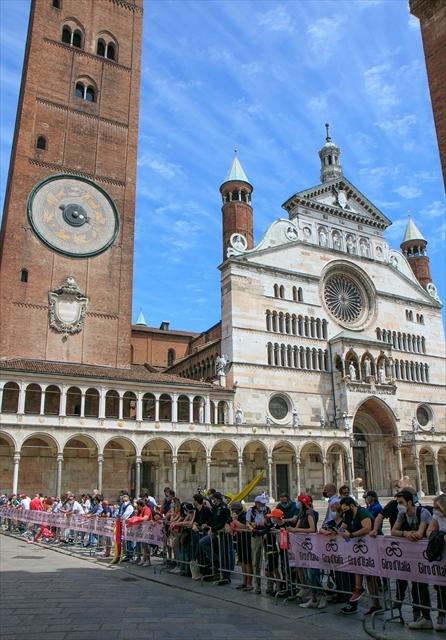 ジロ・デ・イタリア クレモナ大聖堂前を通過_d0047461_07012305.jpg