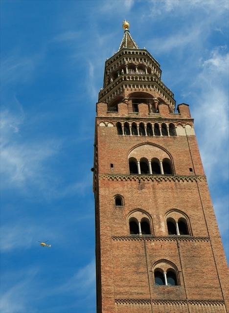 ジロ・デ・イタリア クレモナ大聖堂前を通過_d0047461_07021403.jpg