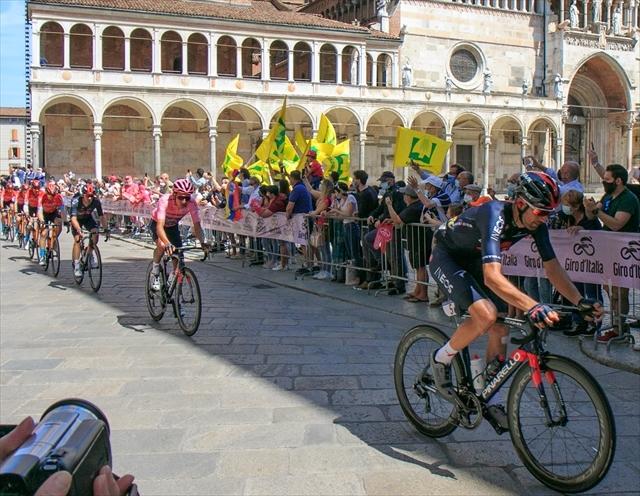 ジロ・デ・イタリア クレモナ大聖堂前を通過_d0047461_09092694.jpg