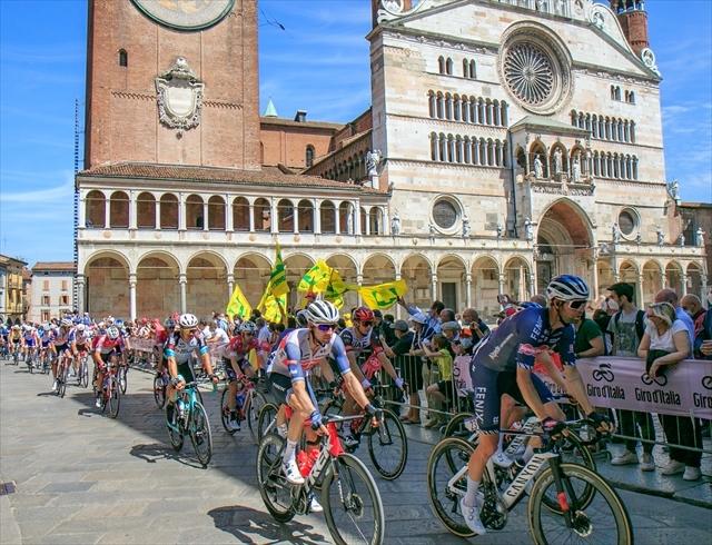 ジロ・デ・イタリア クレモナ大聖堂前を通過_d0047461_13593183.jpg