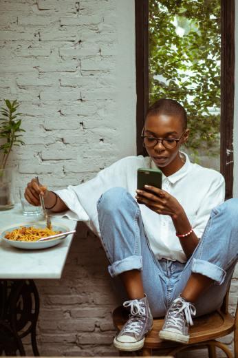 スマートフォンを使った「ながら食べ」はカロリー摂取を増やす。_b0112009_18580868.jpg