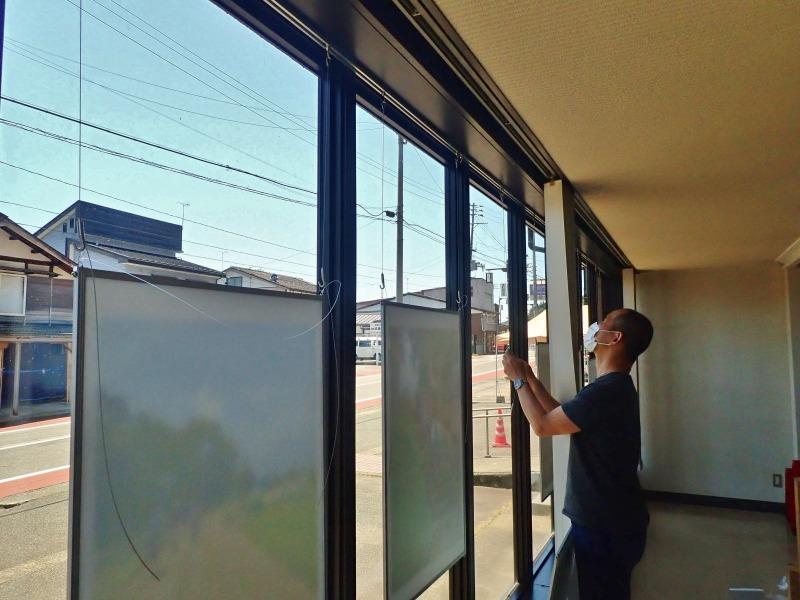 会館1階の窓辺にピクチャーレールを取り付けました_c0336902_21030674.jpg
