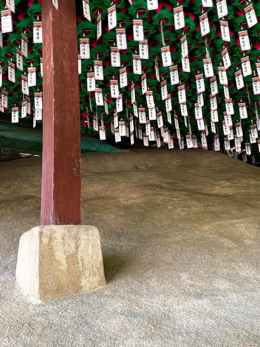 玉泉庵の白い摩崖仏_e0160774_18121549.jpg