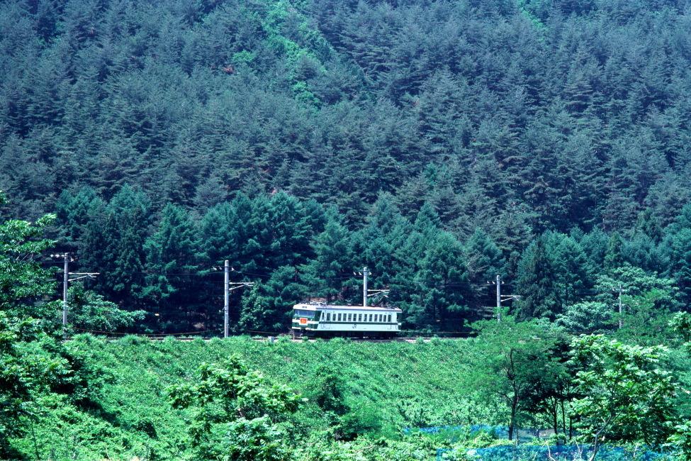 6月の善知鳥峠の築堤に白煙 - 中央本線・1988年 -_b0190710_19401368.jpg