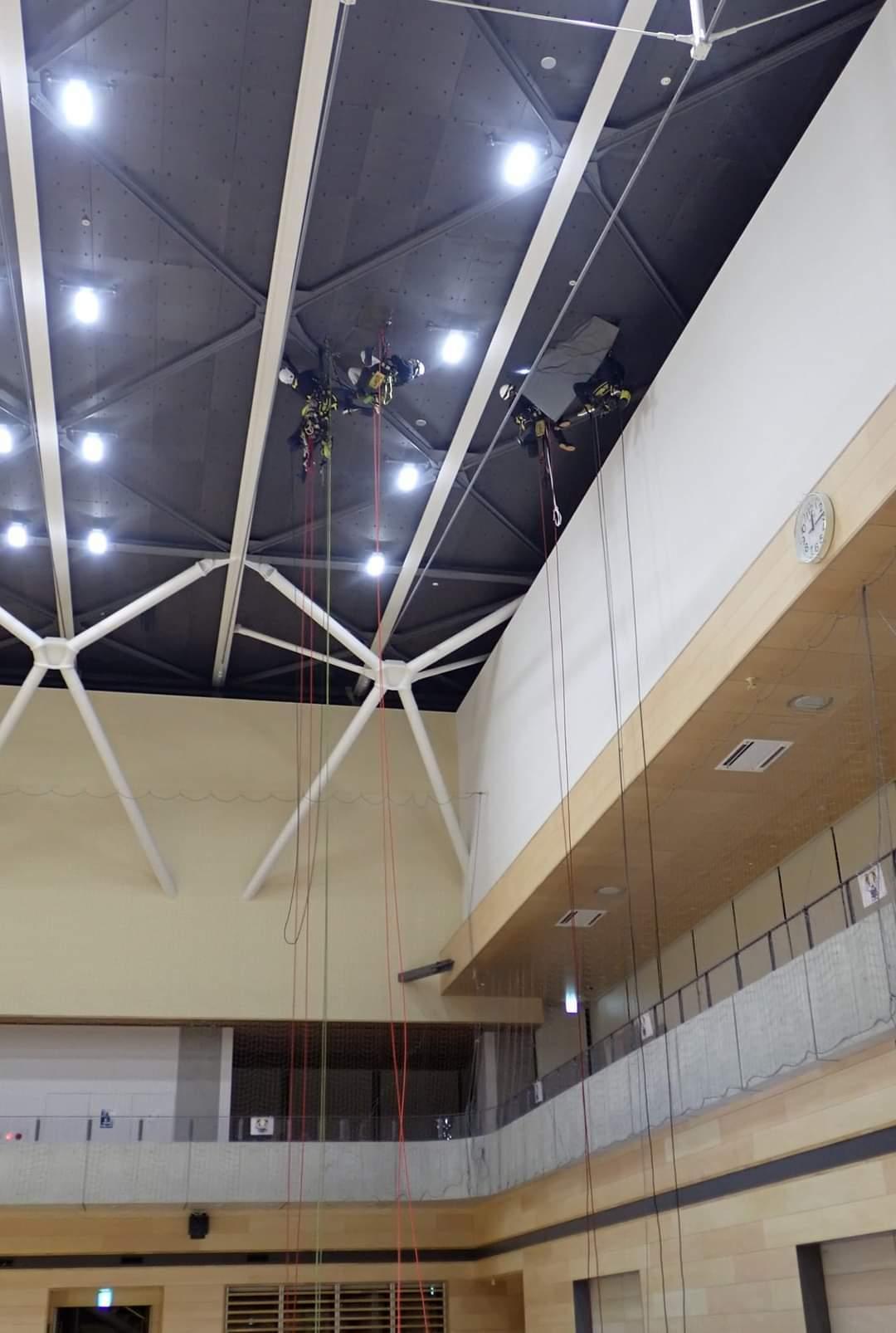 体育館の天井作業_b0001143_20524261.jpg
