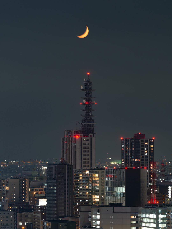 月とNTTドコモ名古屋ビル_a0177616_22275941.jpg