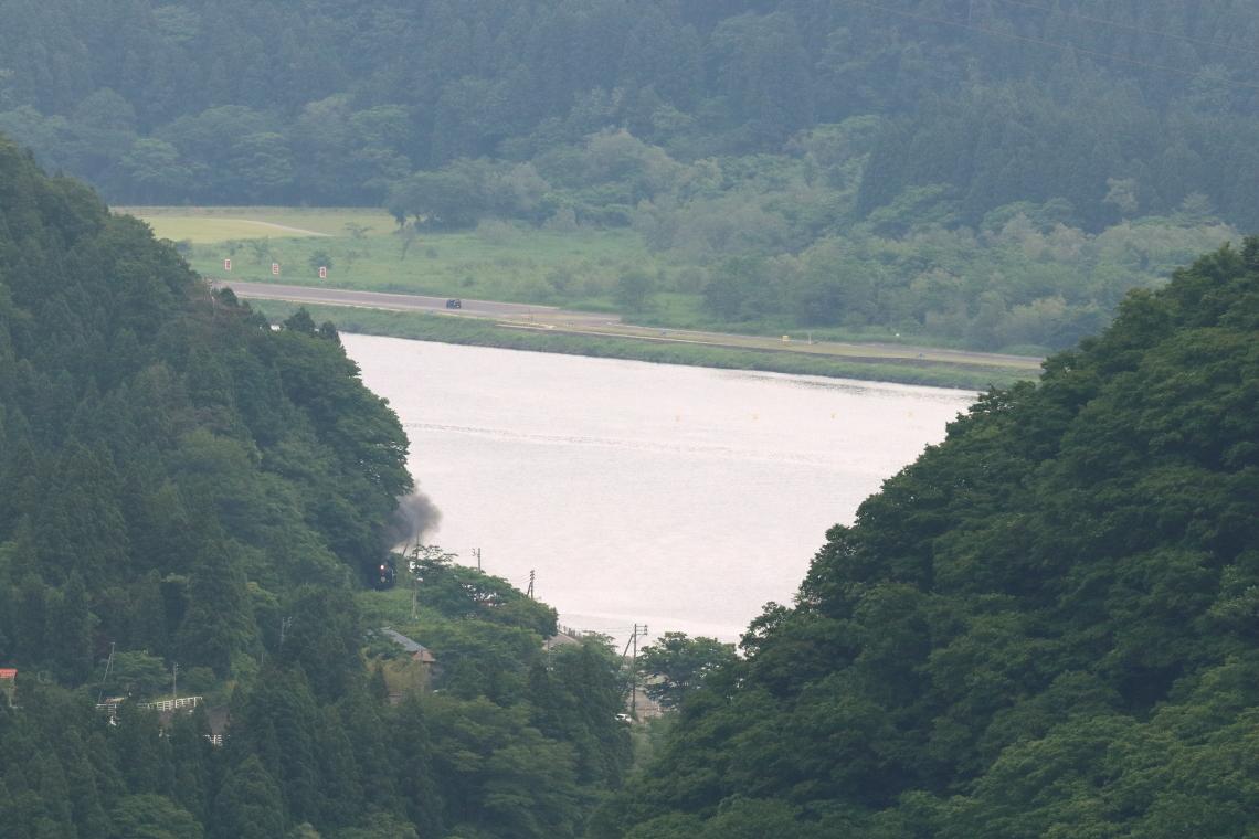 緑の山かげからひょこっと顔を出した汽車 - 2021年初夏・磐越西線 -_b0190710_21371149.jpg