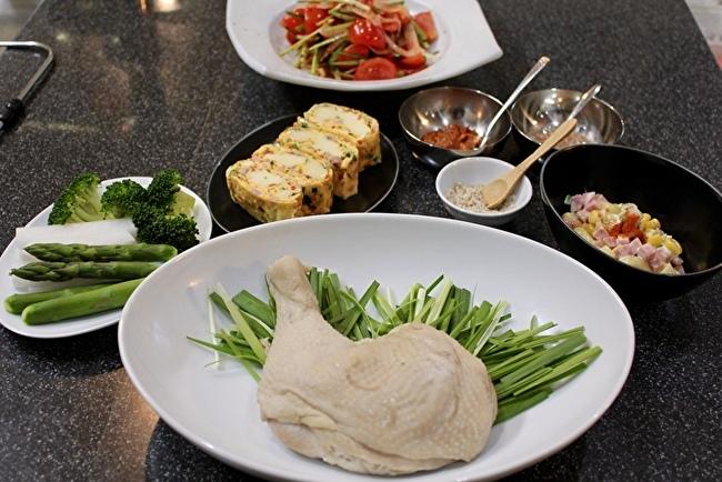 韓国風蒸し鶏と、久々にパク・シネちゃんのトマトキムチ。_a0223786_16130679.jpg