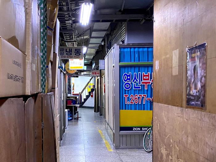 永登浦の東南アパートで怪しげな劇場に潜入_e0160774_11201162.jpg