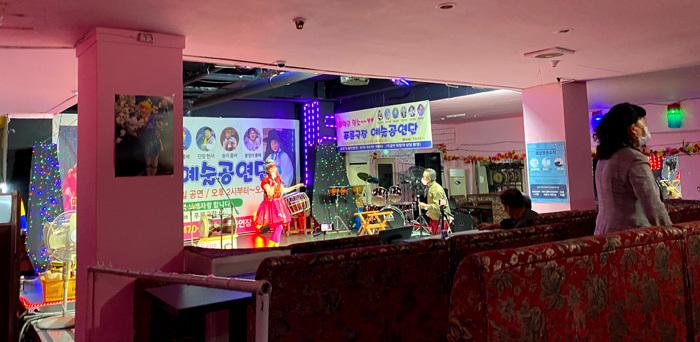 永登浦の東南アパートで怪しげな劇場に潜入_e0160774_11215110.jpg