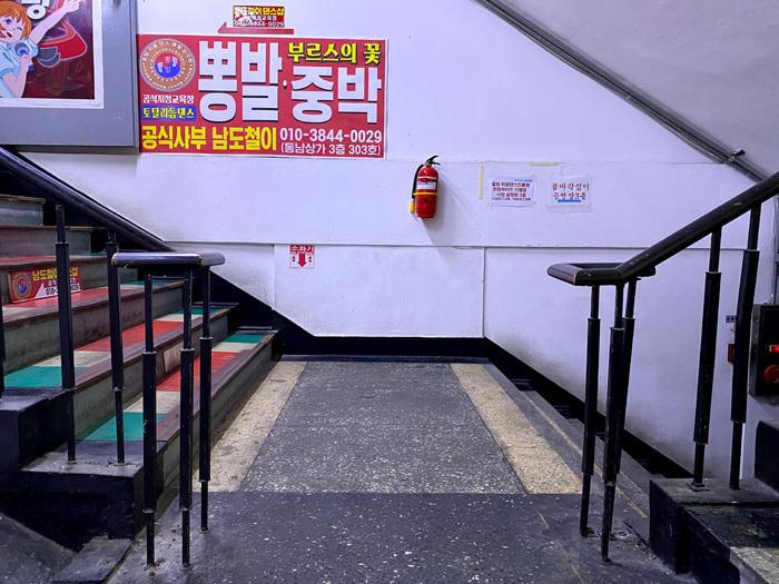 永登浦の東南アパートで怪しげな劇場に潜入_e0160774_11215120.jpg