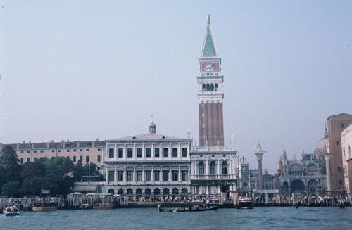 ヴェネチアー路地と水路が織りなす街_a0166284_12260765.jpg
