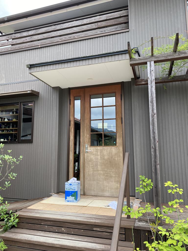 玄関ドアの塗り替えとテーブルの補修_c0334574_18463408.jpeg
