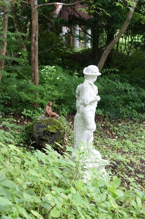 庭に彫刻を置いてみました_d0153860_07121147.jpg