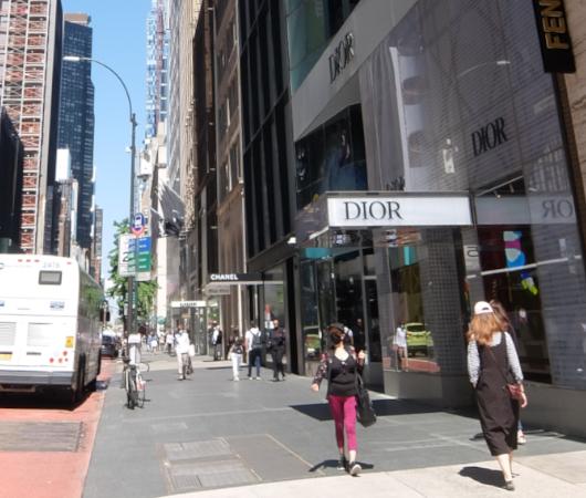 なぜ、NYの高級デパート、ブランド店は外装・内装にアートを取り入れるのか?_b0007805_20033654.jpg