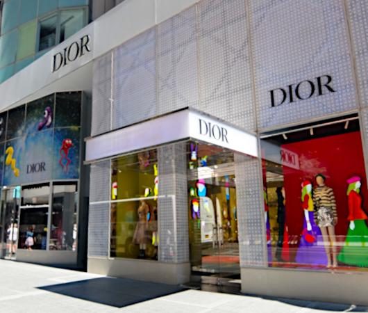 なぜ、NYの高級デパート、ブランド店は外装・内装にアートを取り入れるのか?_b0007805_20041332.jpg