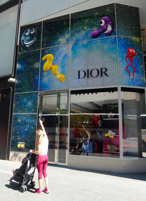 なぜ、NYの高級デパート、ブランド店は外装・内装にアートを取り入れるのか?_b0007805_20042234.jpg