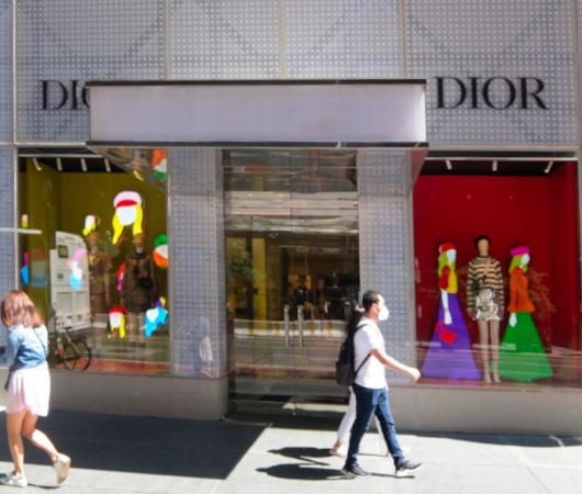 なぜ、NYの高級デパート、ブランド店は外装・内装にアートを取り入れるのか?_b0007805_20043976.jpg