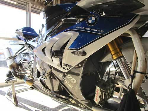 2日連続のサーキット遊びに備えてS井さん号 BMW HP4のタイヤ交換・・・(*^_^*)_c0086965_02131580.jpg