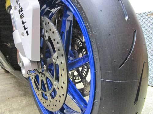 2日連続のサーキット遊びに備えてS井さん号 BMW HP4のタイヤ交換・・・(*^_^*)_c0086965_02182409.jpg