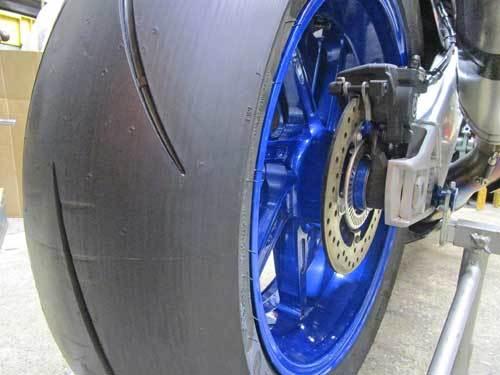 2日連続のサーキット遊びに備えてS井さん号 BMW HP4のタイヤ交換・・・(*^_^*)_c0086965_02182450.jpg