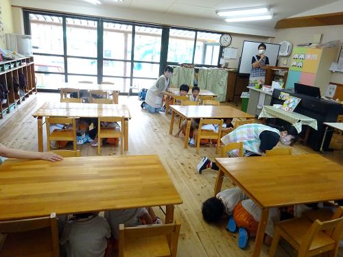 地震の避難訓練をしました。_e0108263_17121479.jpg