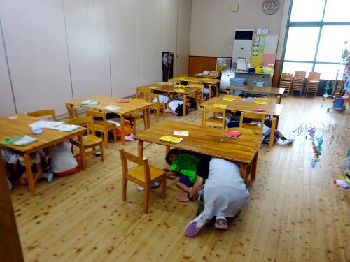 地震の避難訓練をしました。_e0108263_17130245.jpg