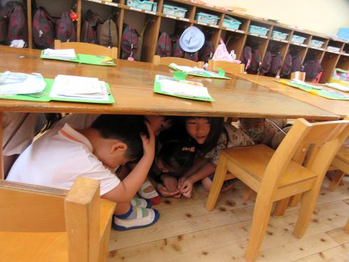 地震の避難訓練をしました。_e0108263_17130649.jpg