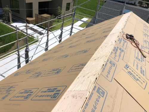 甲斐市 ダークグレーの屋根 其の一_b0242734_22575929.jpeg