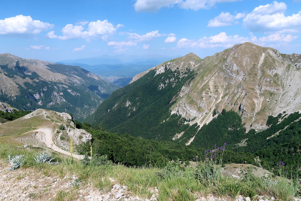 岩登り青い山並みのただ中にテルミニッロ山_f0234936_23484630.jpg