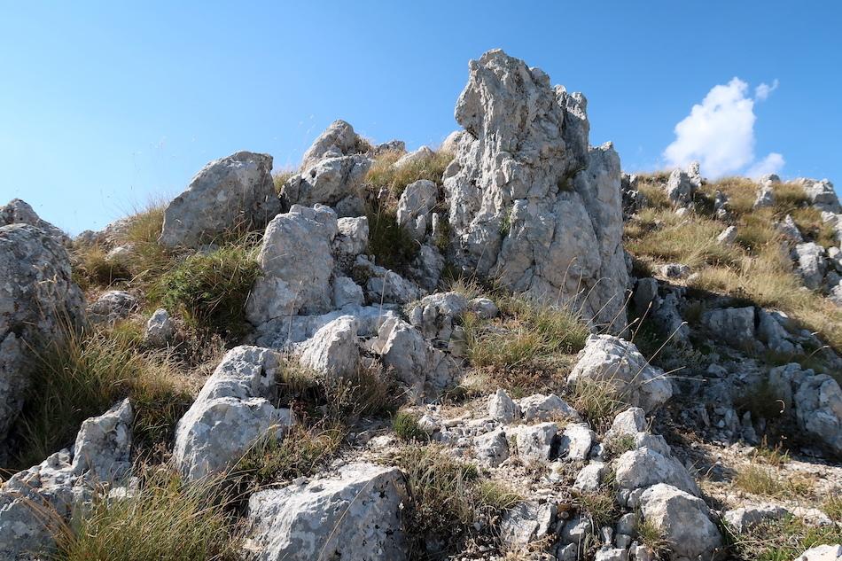 岩登り青い山並みのただ中にテルミニッロ山_f0234936_23573220.jpg