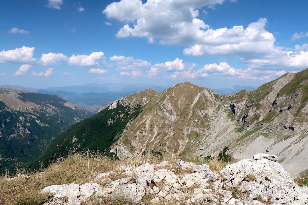 岩登り青い山並みのただ中にテルミニッロ山_f0234936_23591679.jpg