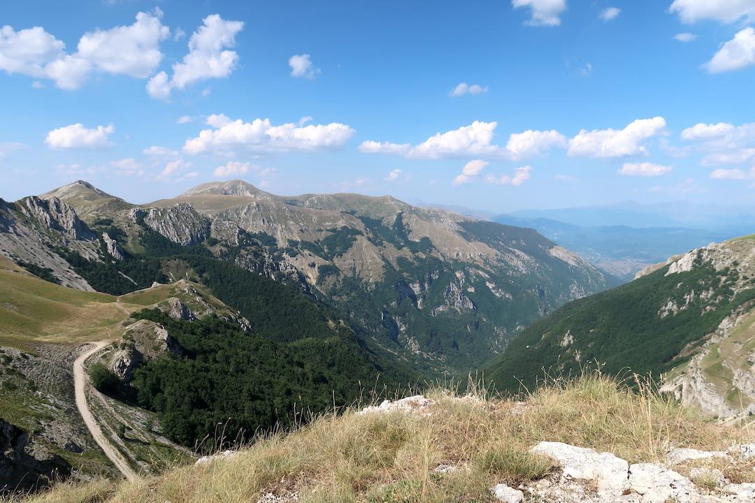 岩登り青い山並みのただ中にテルミニッロ山_f0234936_00075643.jpg